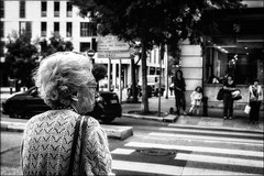 Grand danger dans la ville! / Danger in the town!! (vedebe) Tags: humain human people ville city street rue urbain urban urbanarte noiretblanc netb nb bw monochrome