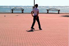 Sole e mare (meghimeg) Tags: 2018 ventimiglia ragazzo boy mare sea acqua water cielo sky terrazzo terrace piccione pidgeon lampione lamp rosso red
