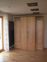 "Schrank in Erle mit Edelstahlstäben • <a style=""font-size:0.8em;"" href=""http://www.flickr.com/photos/162456734@N05/42685208132/"" target=""_blank"">View on Flickr</a>"