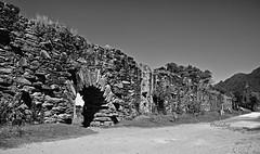 Brasil - MG, Catas Altas - Ruínas do Aqueduto Bicame de Pedra - Estrada Real! (jvaladaofilho) Tags: valadaoj mg catasaltas bicame bicamedepedra aqueduto blackwhite monochrome pretoebranco monocromatico