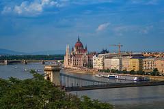 Blick auf Kettenbrücke und Parlament (Jutta Achrainer) Tags: achrainerjutta budapest fe24–240mmf35–63oss sonyalpha7riii parlament kettenbrücke wasser himmel