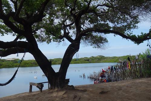 Ce lac se forme seulement à la saison des pluies. C'est ici qu'on lave la vaisselle, le linge et qu'on se baigne.