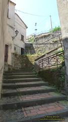 P1540198 (bebsantandrea) Tags: castello chiesa piazza vicoli follo valdivara liguria collina panorama centrostorico storia archi portali