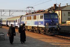 Leszno PKP  |  2018 (keithwilde152) Tags: ep07370 leszno wielkopolska pkp poland 2018 station town passengers platforms tracks electric locomotives outdoor spring evening
