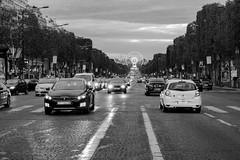 Avenue des Champs-Élysées (KPPG) Tags: avenuedeschampsélysées bw 7dwf paris frankreich france schwarzweis street stadt city strase autoverkehr traffic cof028ettigirbs