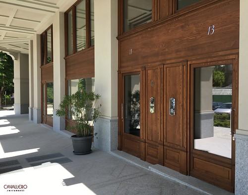 Vetrine e portoni in legno di Castagno Italiano - Residenza Smeraldo Acqui Terme