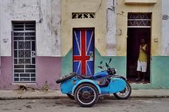 Centro - motocyclette 2 (luco*) Tags: cuba la havane hanana havana maison house casa homme man motorbike union jack flag drapeau royaumeuni flickraward flickraward5 flickrawardgallery