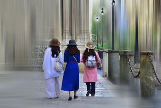 Tres damas con sombrero - Three ladies with hat