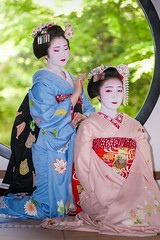 Maiko Hinayū (Okatome Okiya) of Gion Higashi and Maiko Toshinana (Komaya Okiya) of Miyagawacho (balbo42) Tags: 2018 maiko gion toshinana gionhigashi gionkobu geisha fujifilm hinayuu kamishichiken mamesaya kyoto japon umehina pontocho miyagawacho ichiyuu geiko xh1 japan april