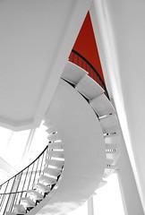 Stairway to the red corner (frankhurkuck) Tags: rot red stairs treppe stairway staircase wendeltreppe weis spiral snail pelikanviertel hannover nds niedersachsen landeshauptstadt glänzend rauf runter up down blicknachoben tintenturm kurve curve rund ecke corner geländer stufen licht light treppenhaus helix upstairs roundandround