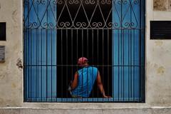 Habana Vieja - scène de rue 5 (luco*) Tags: cuba la havana habana vieja scène de rue street scene homme dos back fenêtre window man hombre