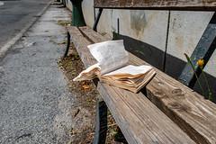 Livre abandonné (sidcamelot) Tags: fabrique utile book livre bench banc street rue