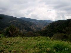 El valle del río Blanco/ The valley of Blanco river (vantcj1) Tags: mirador rural naturaleza nubes montaña colina ladera pendiente caminata valle vegetación