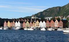 Sehnsucht, mal wieder (AnnAbulf) Tags: norwegen norvegia bergen tyskebryggen hanse häuser case mare meer berg montagna cielo himmel hordaland boote barche