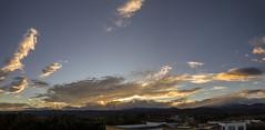Amanecer (José M. Arboleda) Tags: amanecer salidadelsol paisaje panorama bosque cielo nube arrebol montaña casa ciudad popayán colombia canon eos 5d markiv ef24105mmf4lisusm josémarboledac