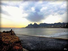 Um bom lugar para meditar... MCris (MCrissssss) Tags: pedra morro contornos natureza céu nuvens mar praia oceano gente
