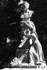 Le masque, la plume et la muse (.urbanman.) Tags: edouardpailleron parcmonceau sculpture masque plume muse noiretblanc blackandwhite dramaturge