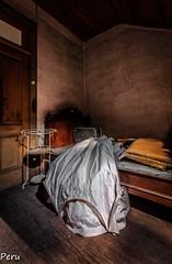 Noche de bodas (Perurena) Tags: traje vestido cama bed dormitorio bedroom oscuridad darkness casa house mansión manor abandono palacio decay luz light urbexx urbanexplore