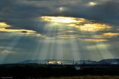 Rayos de sol sobre la petroquímica - Sunbeam on the petrochemicals (ricardocarmonafdez) Tags: puertollano ciudadreal castillalamancha landscape sunset atardecer industria sunlight sunbeam cielo sky clouds nubes light shadows nikon 24120f4gvr d850 ngc