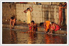 Un matin à Orchha - One morning in Orchha (diaph76) Tags: extérieur inde india femmes women rivière river eau water ghats orchha homme men