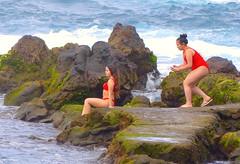 De colores te quiero. (Felipe Sérvulo) Tags: mar mujeres rocas