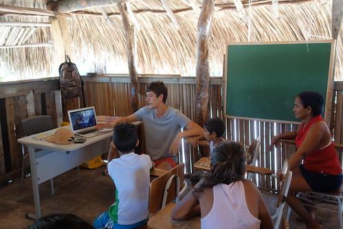 Nous avons commencé la séance en montrant certaines de vos vidéos aux enfants, ils ont été surpris de découvrir vos écoles et villages !