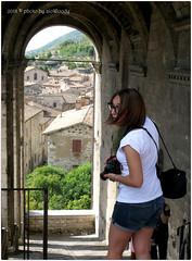 . (zioWoody) Tags: gubbio piazza square grande piazzagrande foto fotografa girl ragazza shorts vista arco arch landscape veduta