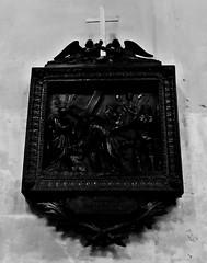 18 - Paris - Notre-Dame des Blancs-Manteaux - Chemin de croix, Sixième station, Véronique essuie le visage de Jésus (melina1965) Tags: 2018 mai may panasonic lumix dmctz57 îledefrance paris 4èmearrondissement 75004 église églises church churches noiretblanc blackandwhite bw sculpture sculptures bois wood