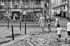 Genova streets #2 (drugodragodiego) Tags: genova liguria italy street streetlife streetphotography people blackandwhite blackwhite bw biancoenero pentax pentaxk1 k1 pentaxdfa2470mmf28 hdpentaxdfa2470mmf28edsdmwr aohc pentaxday pentaxday2018