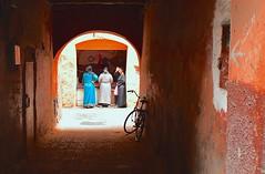 Marocco- Marrakech (venturidonatella) Tags: africa marocco morocco marrakech colori colors persone gentes people nikon nikond500 d500 ritratti portraits donne women vicolo alley street strada streetscene streetlife luce light ombra shadow