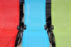 Artenreichtum - Species Richness (Bernd Kretzer) Tags: liegestühle deckchairs rot blau grün red blue green