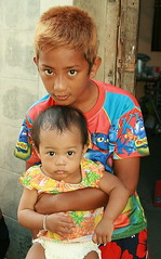 holding up little sister (the foreign photographer - ฝรั่งถ่) Tags: brother sister holding children khlong thanon portraits bangkhen bangkok thailand canon