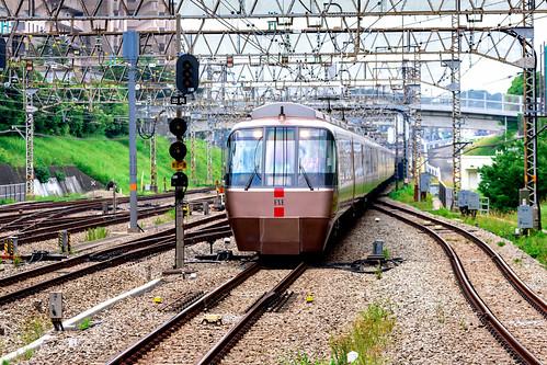 Odakyu Romance car EXE (Odakyu 30000 form train) at Shinyurigaoka station : 小田急ロマンスカー EXE(新百合ヶ丘駅)