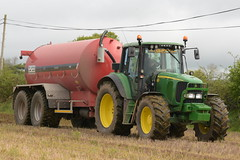 John Deere 6820 Tractor with a HiSpec 3000 Vacuum Slurry Tanker (Shane Casey CK25) Tags: john deere 6820 tractor hispec 3000 vacuum slurry tanker jd fermoy traktor traktori tracteur trator trekker ciągnik pig spread spreading spreader fert fertilizer fertiliser crop crops grow growing feed soil earth county cork ireland irish farm farmer farming agri agriculture contractor field ground dirt dust work working horse power horsepower hp pull pulling machine machinery nikon d7200