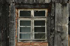 Das Fenster zum Hof (gripspix (OFF)) Tags: 20180612 window fenster wood holz planks bretter grayed vergraut texture textur maserung weathered verwittert old alt
