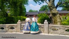 The two friends-Seoul-Korea (2) (johnfranky_t) Tags: ragazze costumi seoul seul korea johnfranky t samsung s7 albero pagode finestre tetti nastri nuvole gonne