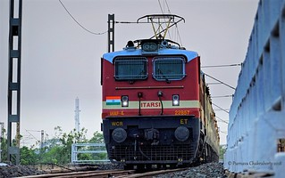 Indian Railways : Glossy looking ET WAP 4 at the helm of Howrah bound Yesvantpur Duronto Express !