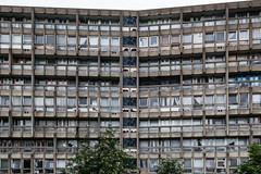 Robin Hood Gardens (Gary Kinsman) Tags: robinhoodgardens london poplar e14 canon24105mmf4l canon5dmkii canoneos5dmarkii architecture urbanlandscape urban topographics newtopographics brutalism brutalist concrete socialhousing councilestate facade decay rundown alisonandpetersmithson highcontrast 2018 eastlondon eastend