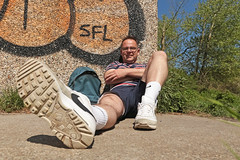 19/52 Paresseux (Meteorry) Tags: europe nederland netherlands holland paysbas noordholland amsterdam west ouest nieuwwest riekerpolder antonschleperspad nieuwemeer 52weeks 52semaines me moi perrytak selfportrait autoportrait selfie man homme guy sneakers baskets trainers skets nike nikeairmaxclassicsbw classics graffiti mur wall sfl shorts may 2018 meteorry