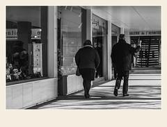 Le long des vitrines (Napafloma-Photographe) Tags: 2018 architecturebatimentsmonuments bandw bw france hautsdefrance letouquet mã©tiersetpersonnages pasdecalais personnes techniquephoto blackandwhite boutique monochrome napaflomaphotographe noiretblanc noiretblancfrance photoderue photographe province streetphoto streetphotography