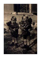 i gemelli con i loro orsi - Vicenza febbraio 1937 (dindolina) Tags: photo fotografia blackandwhite bw biancoenero monochrome monocromo vintage family famiglia history storia gemelli twins vignato italy italia veneto vicenza garden giardino toy giocattolo bear orso 1937 1930s thirties annitrenta