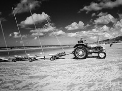Omaha Beach (Luicabe) Tags: arena blancoynegro cabello cielo enamorado francia horizonte luicabe luis mar monocromático nube omahabeach paisaje playa tractor vehículo yarat1 zamora ngc
