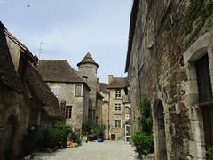 Cour du prieuré (Sur mon chemin, j'ai rencontré...) Tags: carennac lot occitanie france valléedeladordogne prieuré courduprieuré maisons midipyrénées lesplusbeauxvillagesdefrance