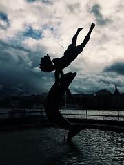 (maycambiasso98) Tags: blacklighting blacklight shadow ball kid boy estatua statue monument europe world londontower torredelondres torre puentedelondres puente londonbridge bridge water dolphin inglaterra england travel londres london