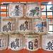 Offrandes de saké dans le sanctuaire shinto d'Itsukushima (Miyajima, Japon)