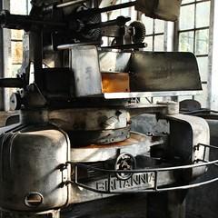 Tea factory #3 (frederic.conte) Tags: inde india kerala ghats kolukkumalai tea estate thé plantation factory roulage rolling machine britannia 1930s