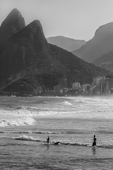 happiness of ipanema (Sergey S Ponomarev) Tags: sergeysponomarev canon eos 70d ef70200mmf4lisusm paysage paesaggio landschaft travel trip world rio riodejaneiro brazil brasil monochrome blackandwhite bw biancoenero beach people happiness ipanema ocean atlantic evening smoke mist dog сергейпономарев may 2018 maggio бразилия рио риодежанейро путешествие туризм океан пляж люди горы свет солнце май пейзаж монохром