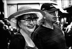 Le retour des touristes...../ Tourists come back... (vedebe) Tags: netb noiretblanc nb bw monochrome portraits portrait humain human homme ville street rue urbain urban urbanarte city lunettes sourire rire