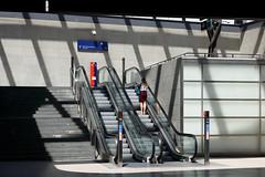 Bahnhof Potsdamer Platz in Berlin (Professor Besserwisser) Tags: berlin bahnhof potsdamerplatz nikond3400 1855mm kitlens rolltreppe escalator berlinmitte bahnhofpotsdamerplatz berlim escaleramecánica treppe stufen stairs nikkor1855mmvr