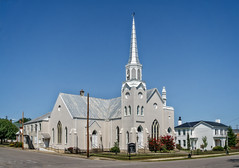 Harrodsburg United Methodist Church (Tigra K) Tags: harrodsburg kentucky unitedstates us 2017 architecture church flower neogothic plant road spire tower town arch